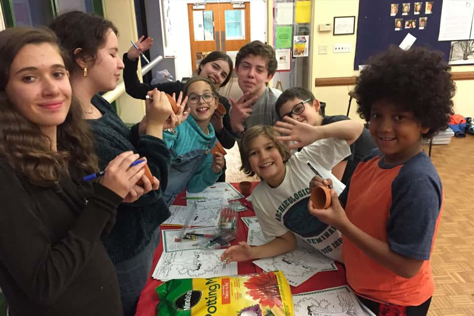Kids Making Arts